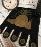 Primitive Rustic Pineapple & Pear Penny Table Runner